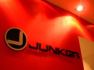 объемные световые буквы. оформление витрин. сеть салонов одежды Junker