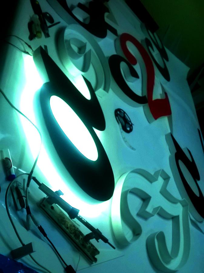 световые буквы с контражурным свечением