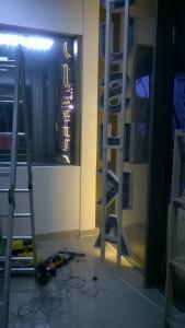 монтаж световых букв в ентерьере